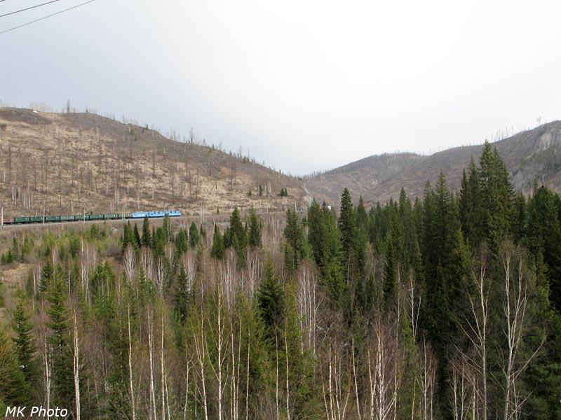Грузовой поезд идёт по петле в долине Аскиза