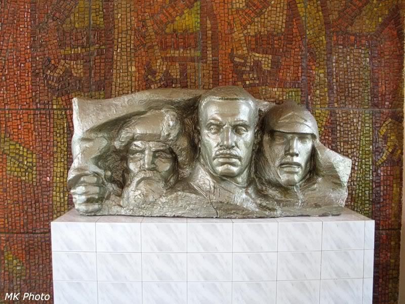 Бюст красногвардейцам на вокзале Волочаевка-1