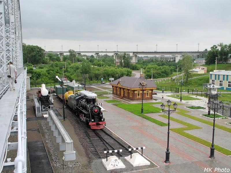 Вид с пролёта моста на площадку с техникой и музейное здание