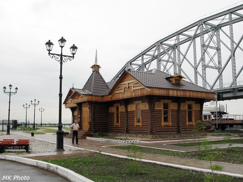Директор музея - Виктор Михайлович Паршин у здания музея