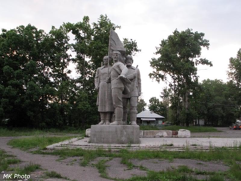 Памятник на привокзальной площади Вяземской