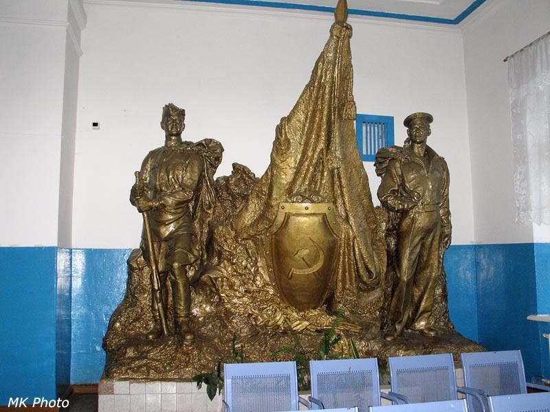 Памятник внутри вокзала Вяземская