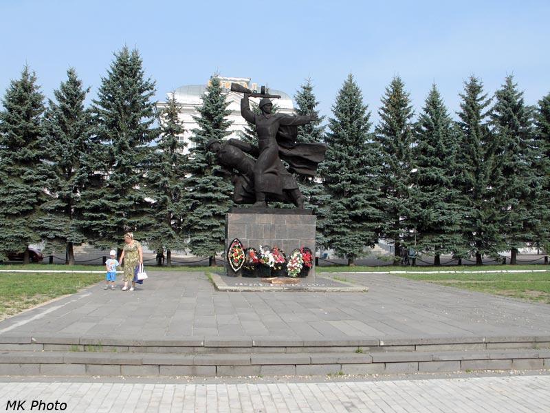 Памятник воинам Великой Отечественной на привокзальной площади Александрова