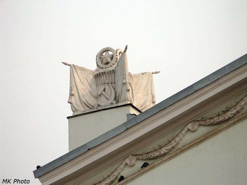 Скульптурная композиция на крыше вокзала Кирова