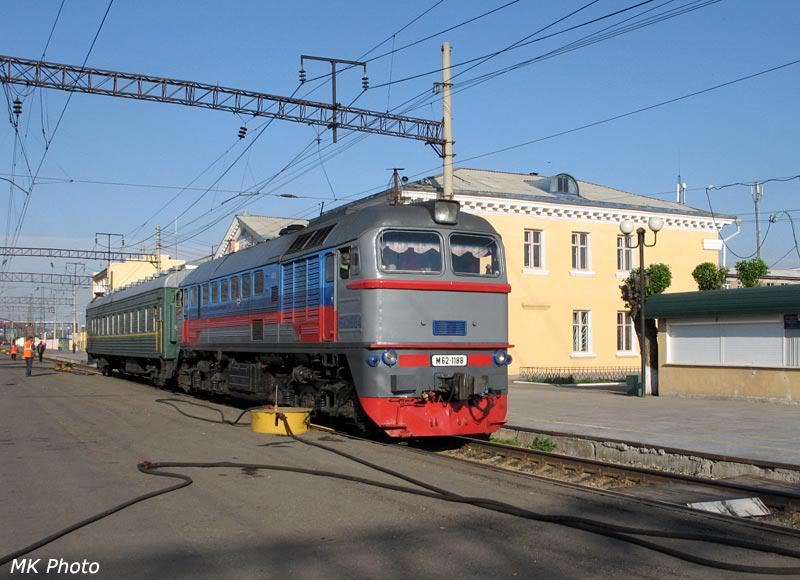 Тепловоз М62 с пригородным поездом на Ясногорск на ст. Карымская