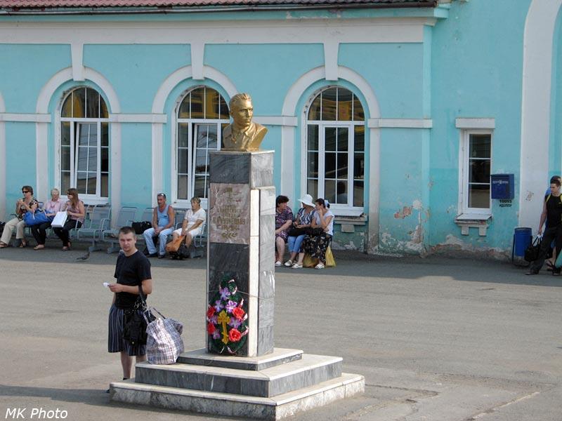 Памятник Н.К. Кузнецову на перроне ст. Талица