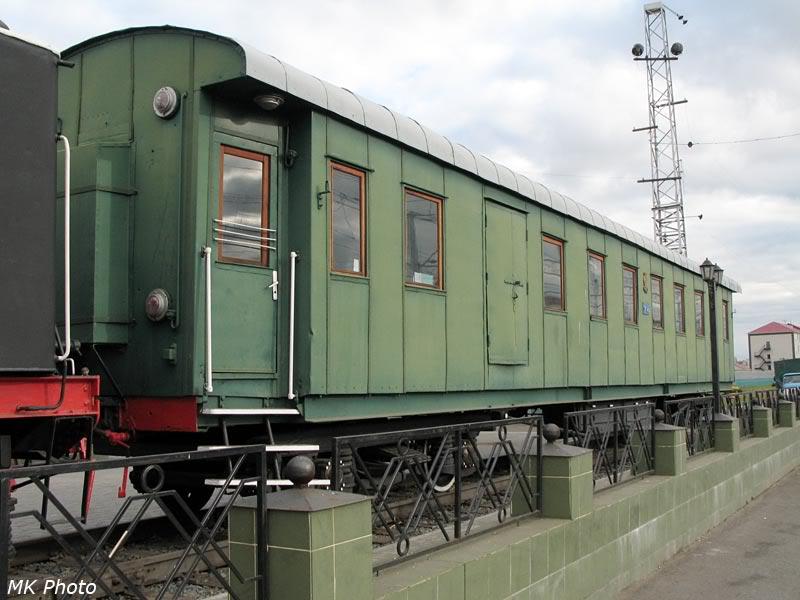 Старинный вагон, прицепленный к паровозу