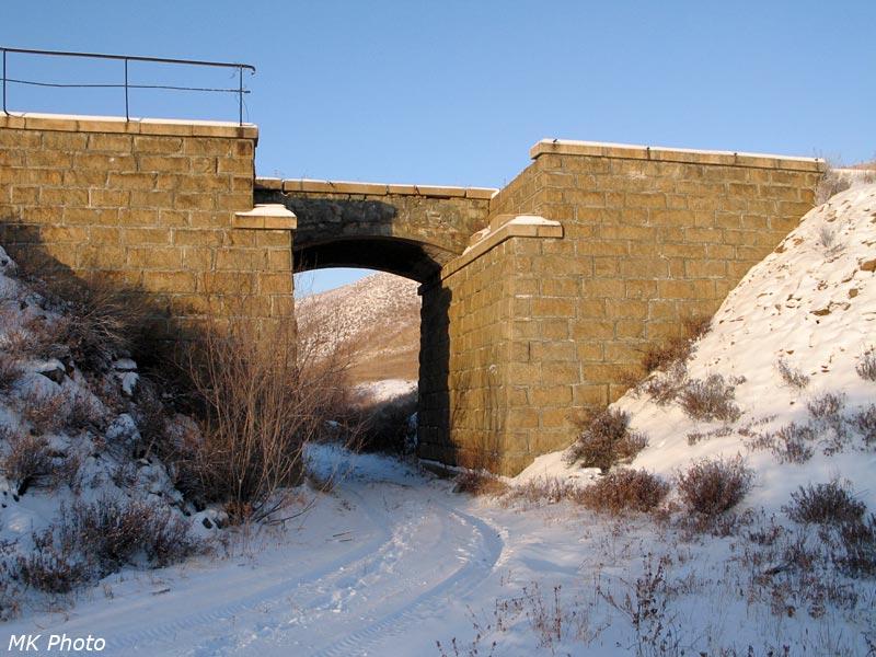 Вид сквозь заброшенный мост